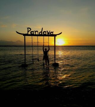 Sway above the ocean on the swings of Gili 🏝️  Look out into the sunset, reflect on all the memories you have made, and the friendships that are blossoming 🙌  It's a moment for our volunteers to connect with themselves during their time on the Gili Island trip.  #pmgy #pmgybali #pmgyweekends #pmgyexperience #gili