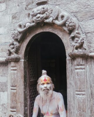 Let me introduce you to a... Sadhu. Holy men that have given up all materialistic things. ➡️ SWIPE (Although, not smoking apparently) 🚬   At certain festivals they are allowed to smoke c@nnab!s at the temple to imitate Lord Shiva. In 2011 they were banned from SELLING it at temples 🙈  . . . . . .  #travellife #travel #travelinspo #travelinspiration #travelblogger #travellingtheworld #letsgoeverywhere #traveleverywhere #travelblog #travelblogger #travelbloggerlife #travelcommunity #wanderlust #adventuretime #travelgram #lensbible #travelgrammer #haylsapresets #sheisnotlost #dametraveler #shetravels #nepal #kathmandu #pashupatinath #temple #visitnepal #kathmandunepal #pmgy #pmgynepal #planmygapyear