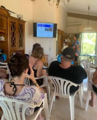All sea turtle conservation volunteers in Greece enjoy an evening orientation when they arrive at their field station. ✅  Our team will conduct a presentation going through all aspects of the conservation work. In addition, the team will educate you on the origins of the project and the history of the island. 🤓  #pmgygreece