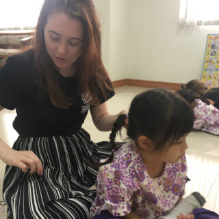 end of the first week😊 fixing the girls hair after their nap, teaching colours and the alphabet, not bad at all😎 #pmgythailand