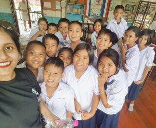 """I say """"cat"""" and they look at me blankly, but I say """"selfie"""" and they all come running 😂😭miastan3 👏They're all so cute I am bringing them back with me 💓 #Class5p #ThailandTeaching #WatkaiSchool #pmgythailand"""