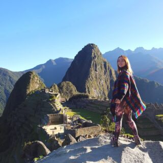 Day 21: 1 down, 6 to go... • • • • • #machupicchu #peru #nofilter #adventures #mountains #7wonders #1of7 #travelling #incredible #nowords #views #history #stunning #poncho #hiking #fit #inka #inkakingdom #travel #pmgy #pmgyperu