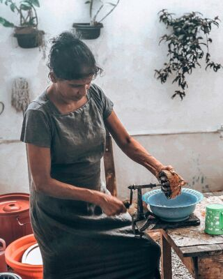 All the volunteer meals are freshly prepared by our sisters at the volunteer house🍽👩🏽🍳 . Everything is made with locally sourced ingredients, rich in delicious flavour and Sri Lankan spice🥒🍚🥕🌶🥗🥘 . Here our sister Shirani is grating the coconuts for tonight's curry dishes🥥 . . #pmgysrilanka #freshfood #travel #foodsoftheworld #foodofsrilanka #pmgyexperience