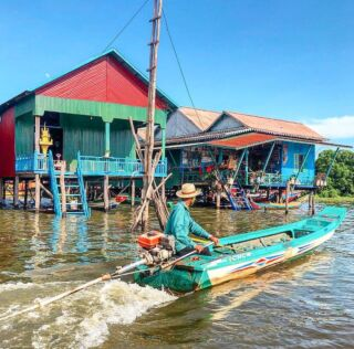 Want to explore on your weekends? Phnom Penh is only 90 minutes from the volunteer house and is home to the Tonlé Sap 🛶🌍 . Take an incredible river cruise along the lake and explore Cambodia from a whole different perspective. Have you ever been to a floating village?🗺 . 📸 - @jpc10 . #tonlesap #pmgy #pmgycambodia #cambodia #travelcambodia #cambodiatravel #backpacking #backpackingasia #asia #asiatravel #travel #volunteerabroad