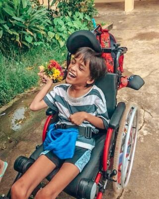 Flowers for Kong Kia💐💐 . This amazing little boy has cerebral palsy and with the funds of our volunteers Kong Kia and his brother Ravi are able to be transported to school everyday where they are taught by our volunteers. 📚 Everyone who comes to volunteer on our orphanage project in Cambodia falls in love with Kong Kia and his infectious smile😀❣️ . 📸- @hayleymanning13 . #pmgycambodia #pmgy #travelcambodia #volunteerabroad #cerebralparese #pmgycommunity #volunteer #cambodia #humanitarianaid