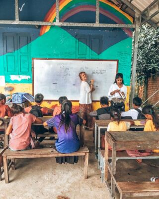 Have you got what it takes to teach a class of energetic and beautifully bright 12-14 year olds? Our volunteer @kylaklintworth definitely did 👩🏼‍🏫📚🌈 . #pmgycambodia #pmgychildcare #pmgyteaching #volunteerabroad #volunteercambodia #teaching #cambodiatravel #travelcambodia
